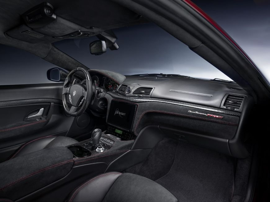 Passenger side view of the interior of a 2018 maserati granturismo