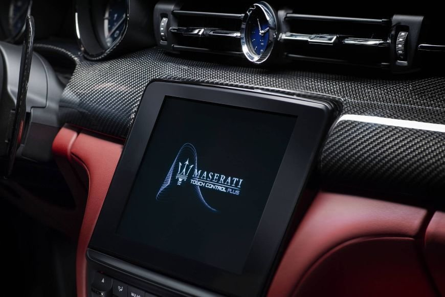 Interior clock found in the dashboard of the 2018 maserati quattroporte granlusso