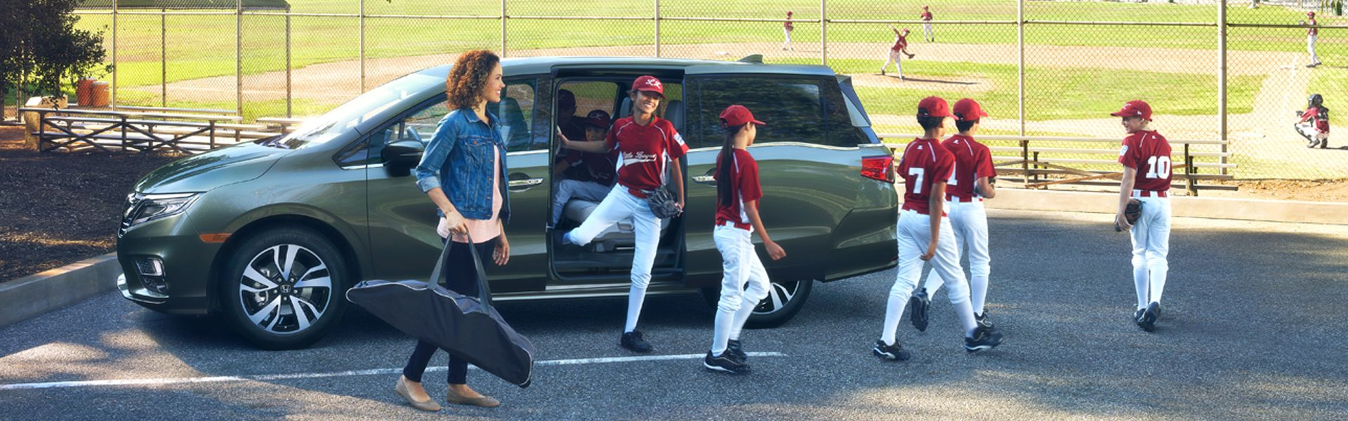 Kids coming out of a green honda odyssey at drew park in jacksonville fl