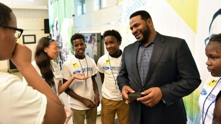 Former NFL star Jerome Bettis meets students at the new Ford Resource and Engagement Center