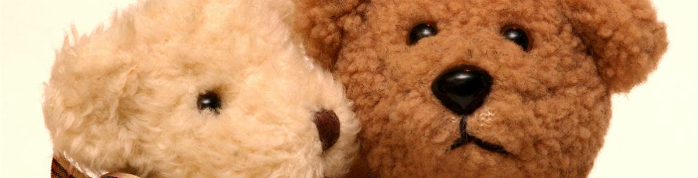 Two teddy bears snuggling