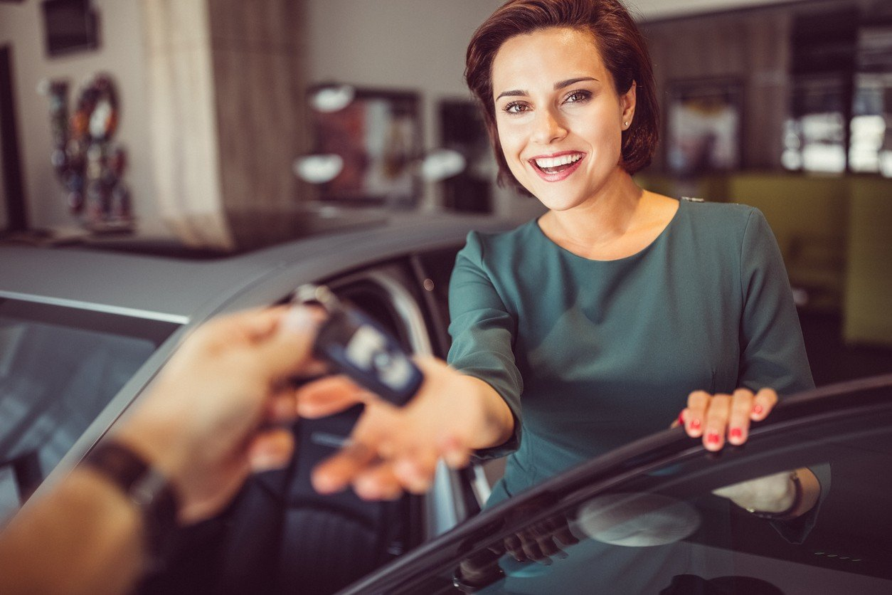woman-buying-car